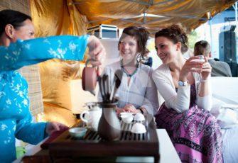 Чайная зона в шатре на выезд с чайным мастером, реквизитом и декором в МСК цена, заказать проведение выездной чайной церемонии в шатре с чайным мастером, реквизитом и декором в СПб стоимость