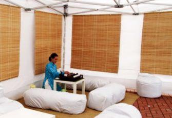 Чайная зона в шатре на выезд в китайском стиле с чайным мастером, реквизитом и декором в МСК цена, заказать проведение китайской выездной чайной церемонии в шатре с чайным мастером, реквизитом и декором в СПб стоимость
